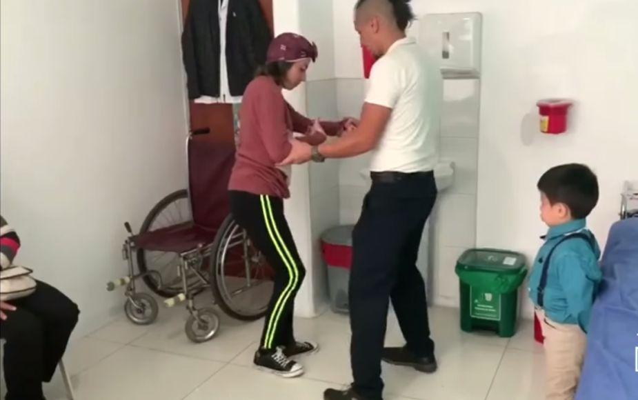 """""""¡Yo sé que tú puedes!"""", niño de 5 años anima a su mamá cuadripléjica a caminar"""