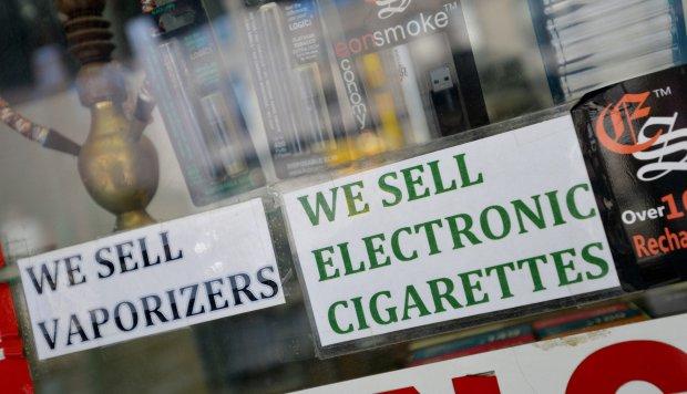 Autoridad sanitaria de EE.UU. pide medidas agresivas contra cigarros electrónicos