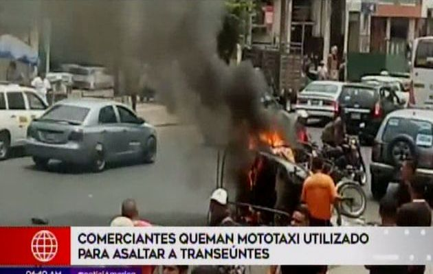 Queman mototaxi que delincuentes usaban para asaltar transeúntes en La Victoria