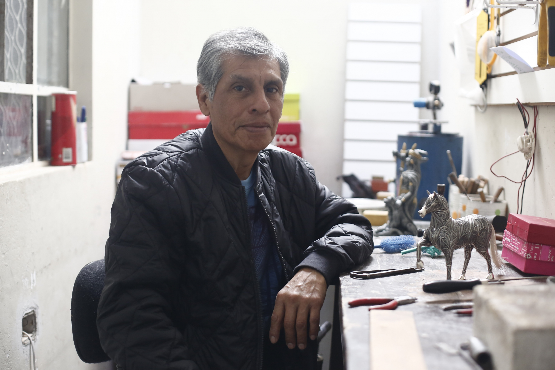"""""""Entre arte y artesanía no hay mucha diferencia. Quizá el artista tiene más conocimientos, pero los artesanos tenemos la visión de trabajar lo que nos gusta"""", expresa el maestro de la plata (César Campos/Perú21)."""