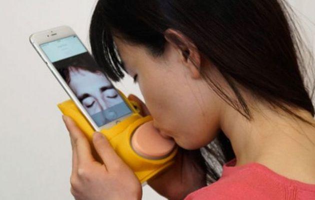 Besa a tu pareja a larga distancia con Kissenger