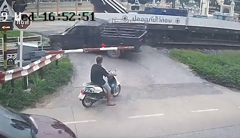 Conductor no respetó la señal de alto cerca a un cruce ferroviario y casi no vive para contarlo
