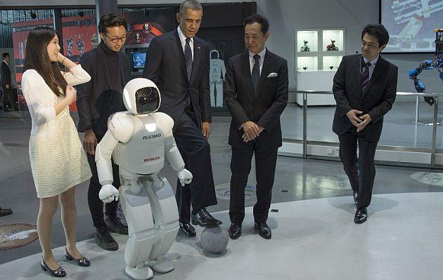 Obama jugó al fútbol con un robot japonés