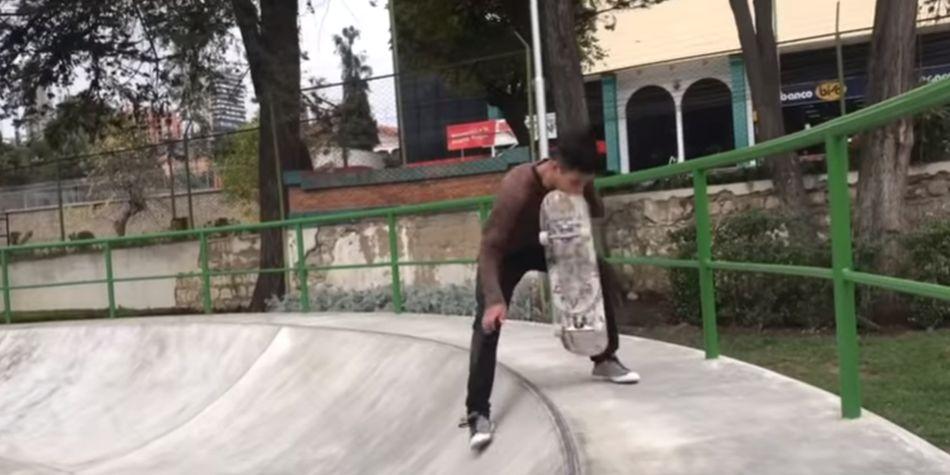 El skate golpeó el rostro del joven boliviano. (Foto: Captura de Youtube)