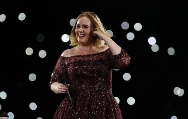 Adele: luego de su divorcio, es vista besando a otro hombre en un bar de Nueva York