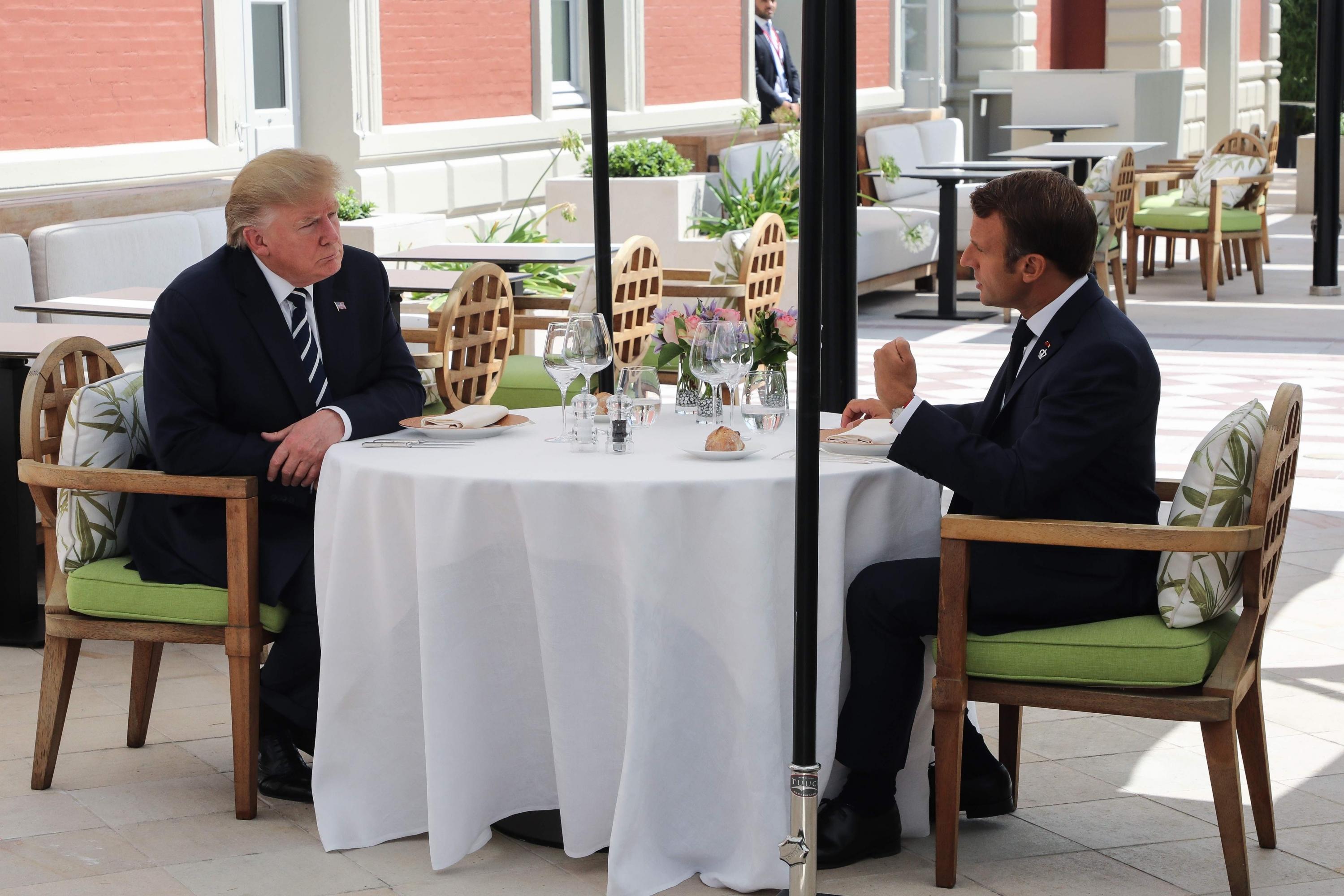 Donald Trump y Emmanuel Macron sostienen un almuerzo este sábado, un día después de las amenazas del mandatario estadounidenses de imponer aranceles a Francia. (Foto: AFP)