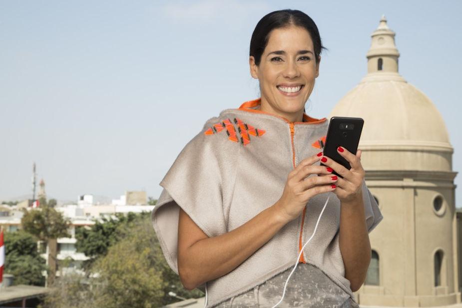 Diseñador peruano crea colección de prendas que pueden cargar un celular