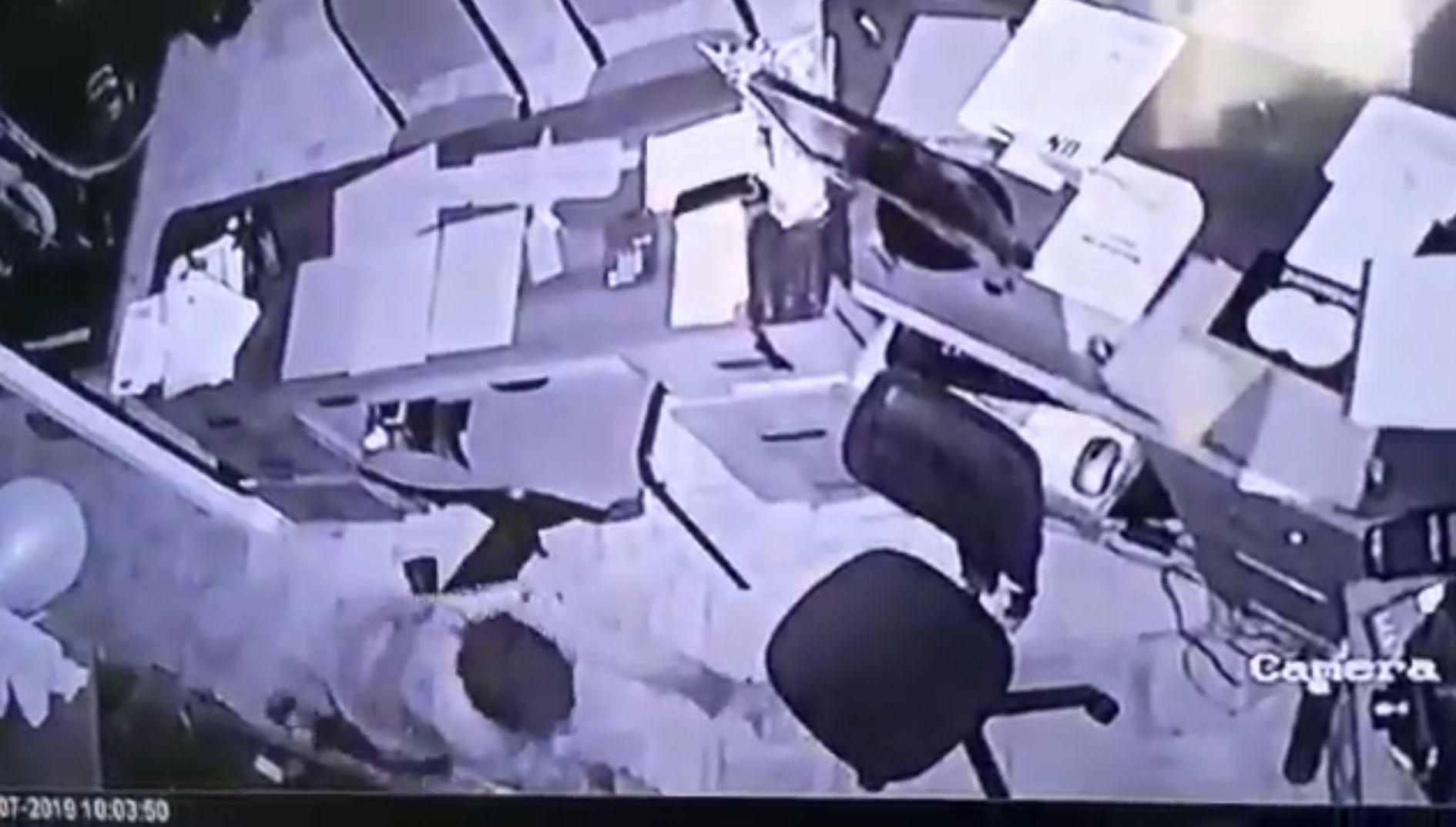 Cámaras de seguridad mostraron el momento en el que el ladrón estuvo rebuscando en los cajones de un escritorio al promediar las 2:30 a.m. (Captura RPP)