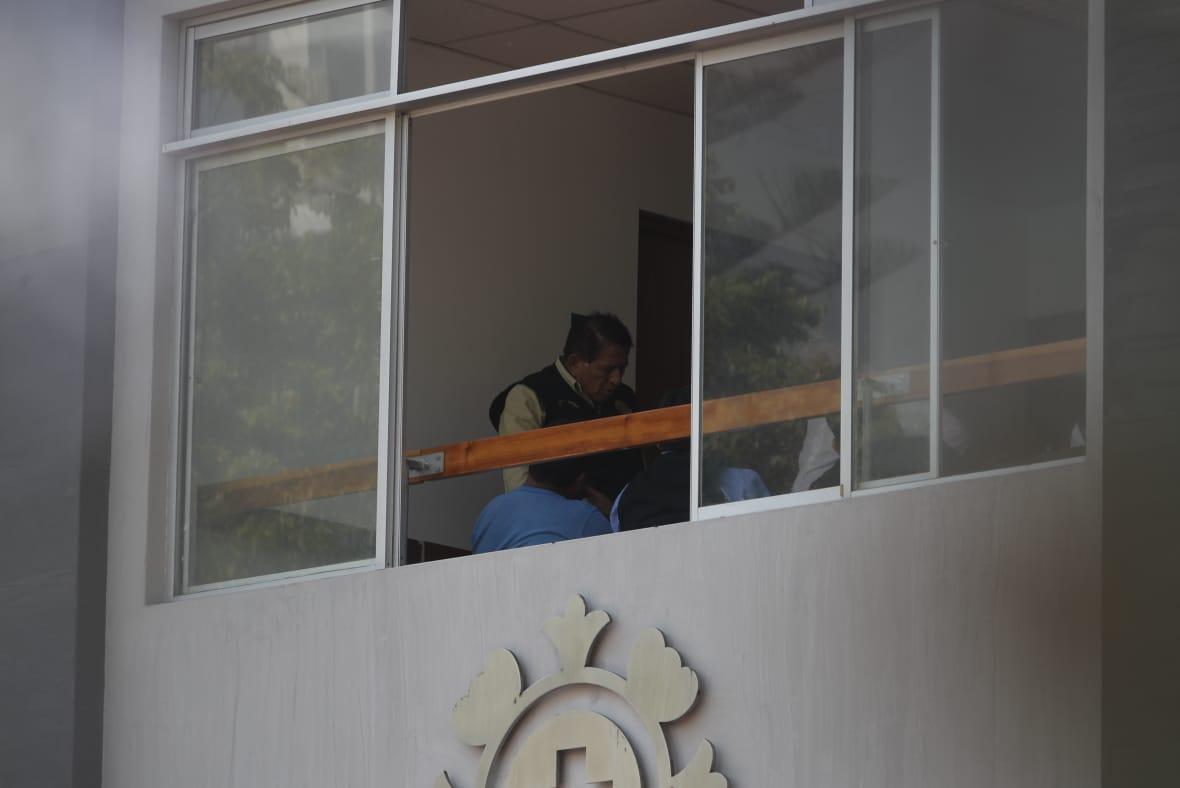 Entre 4 y 5 policías de la Dirsepen vigilan al ex mandatario (César Campos/Perú21).