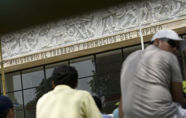 Trabajadores cesados que fueron reincorporados podrán recibir compensación de hasta S/ 27,900