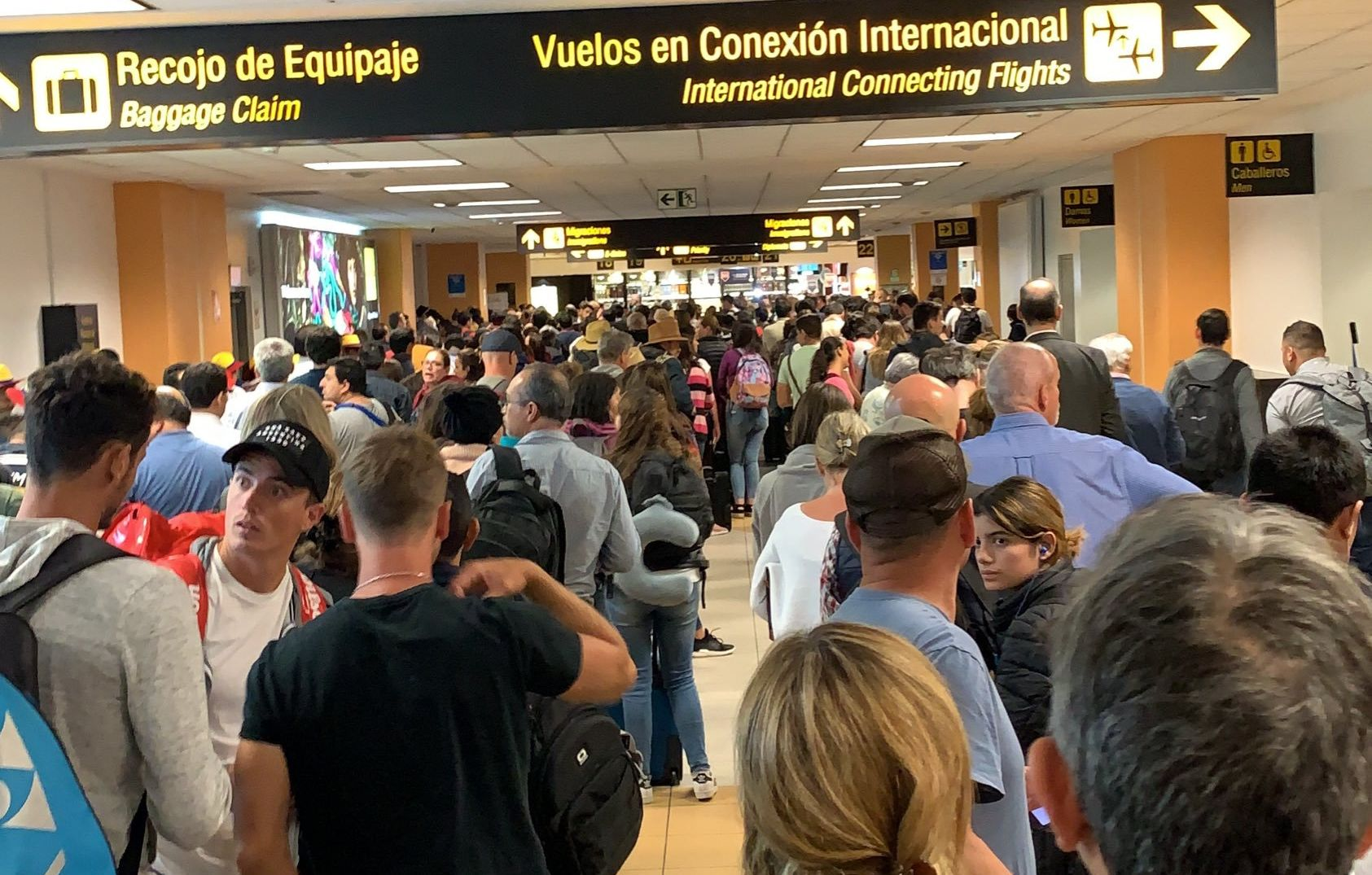 Protestas en Chile: denuncian que Sky Airline dejó varados a pasajeros sin agua ni comida en Jorge Chávez