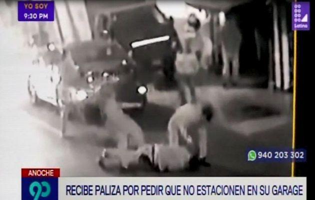 Sujeto es agredido por vecinos tras pedir que no se estacionen en su garaje en San Miguel | VIDEO