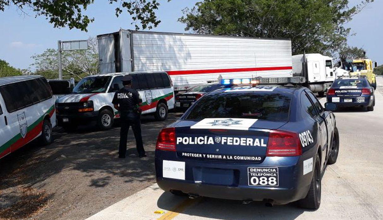 Policía detiene camión con 228 migrantes centroamericanos en el sur de México