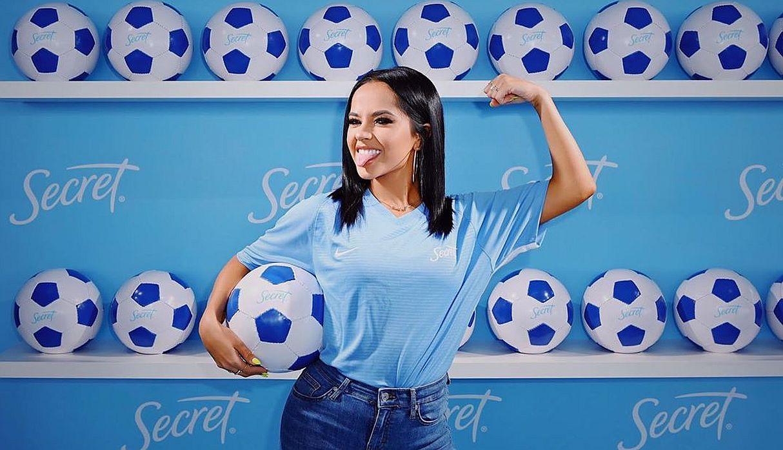 Becky G sorprende a seguidores al dominar balón de fútbol | FOTOS Y VIDEO