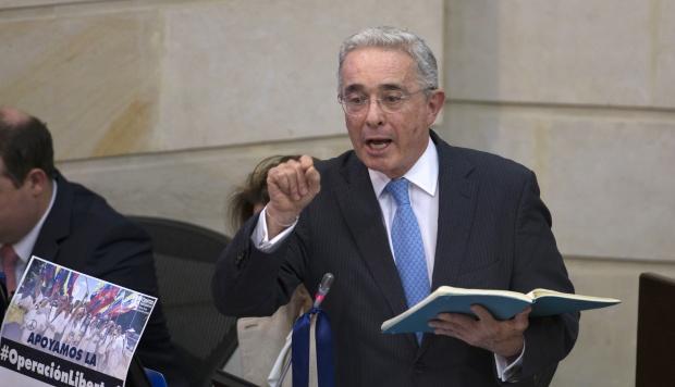 Nicolás Maduro denunció que fue en la misma casa de Álvaro Uribe Vélez donde se planeó un atentado en su contra. En la foto, el expresidente de Colombia Álvaro Uribe. (Foto: AFP)