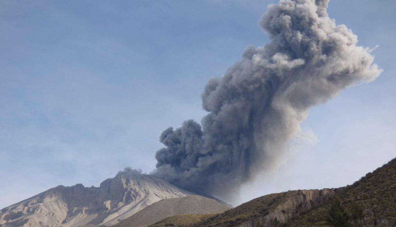 """Volcán Ubinas: """"Evaluamos reubicar, pero muchos no quieren dejar sus casas"""", dice ministra de Salud"""