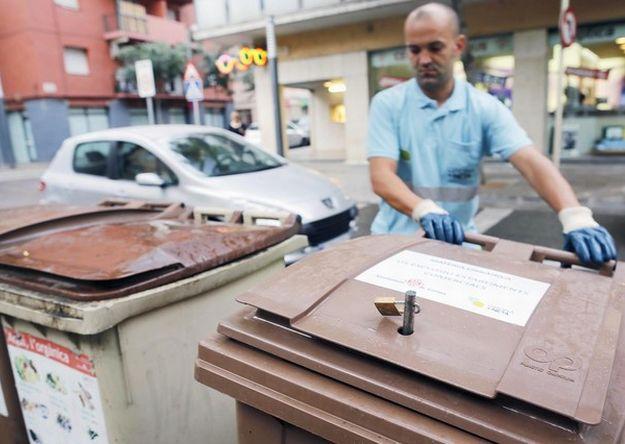 Cierran los basureros con candado en España para cuidar a los indigentes