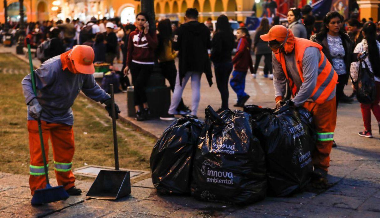 Personal de limpieza recogió residuos sólidos en plaza de Armas tras final de Copa América