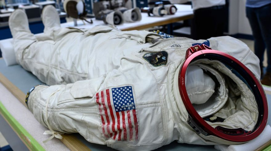 El traje espacial de Neil Armstrong sufre una inevitable desintegración | VIDEO