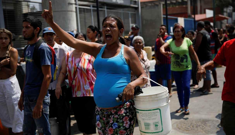 """Venezolanos """"sin una gota de agua"""" en un país paralizado por apagones"""