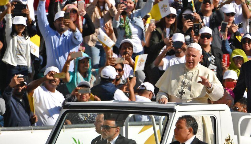 Papa Francisco termina visita a Emiratos Árabes Unidos con multitudinaria misa | FOTOS