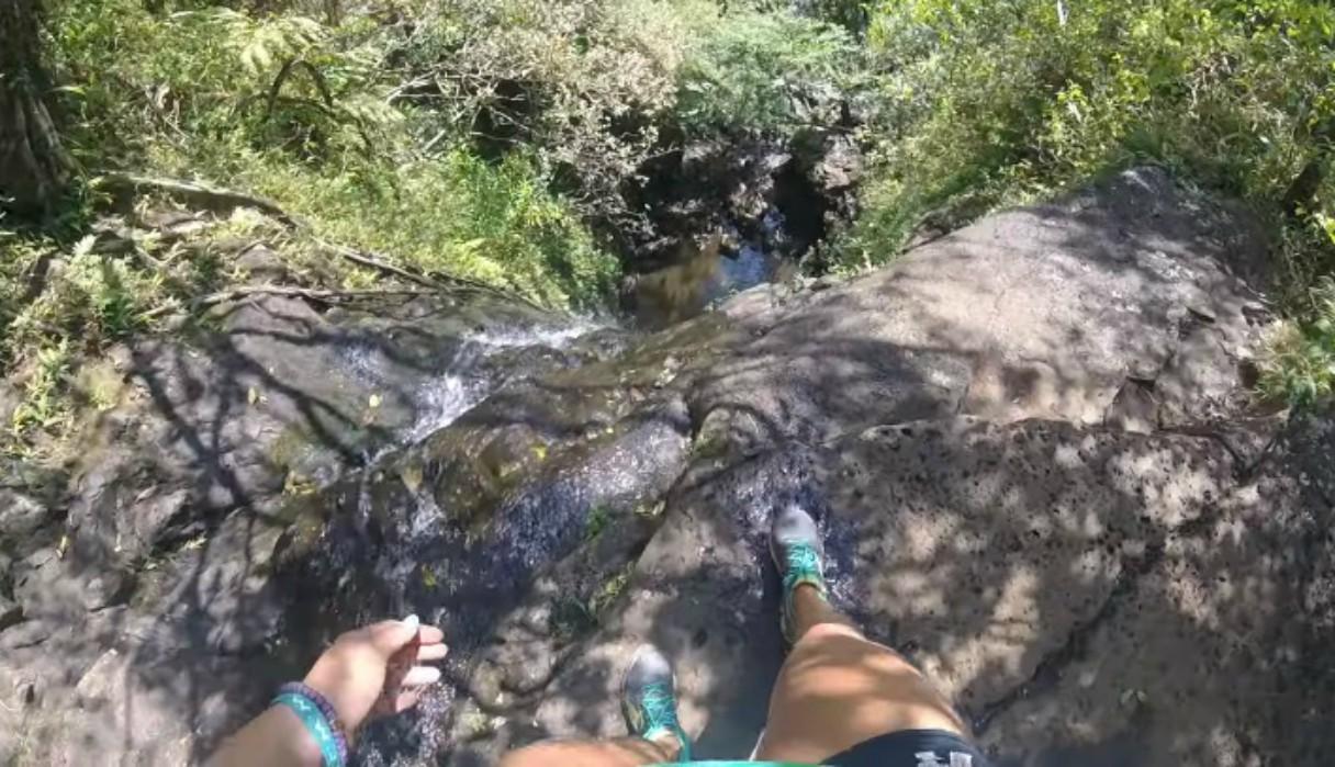 Mujer sobrevive de milagro a caída de una cascada de más de 15 metros de alto