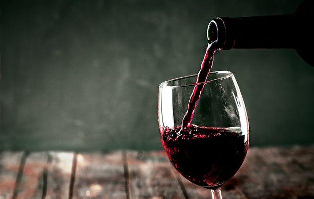 Beber vino antes de dormir puede ayudarte a perder peso, según la ciencia