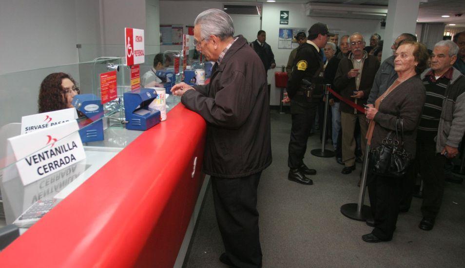 Los delincuentes están usando la modalidad de falso operativo policial para quedarse con su dinero. (Foto: Andina)