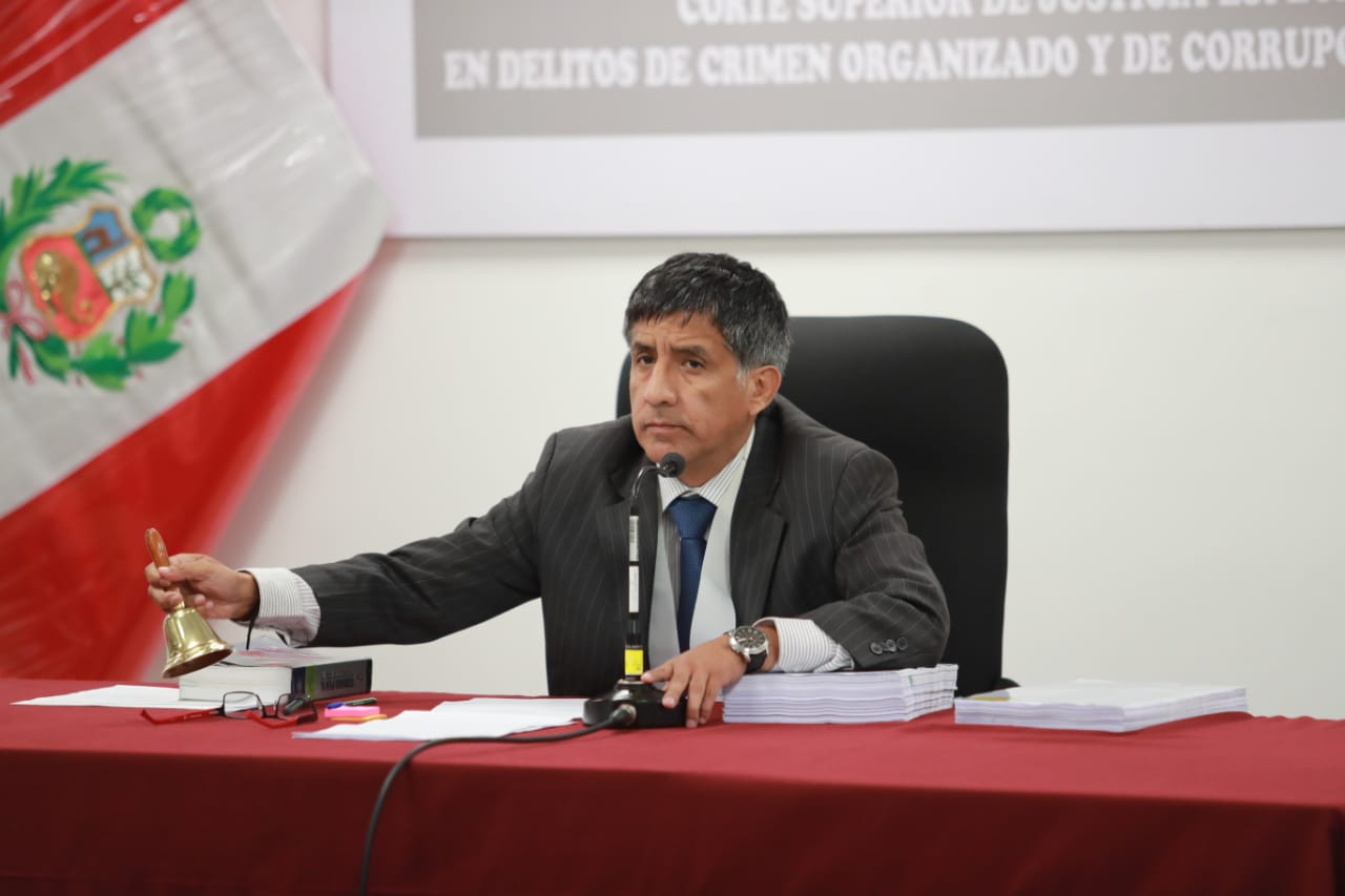 Luis Alva Castro no podrá salir del país por 18 meses