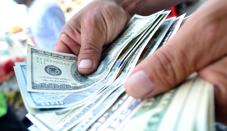 Pagar con un billete de dólar falso es un delito federal en Estados Unidos. (Foto: Andina)