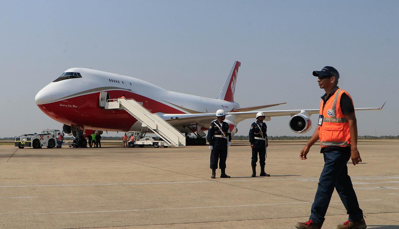 El avión fue cargado de agua y este viernes comenzó a realizar sus trabajos en la Amazonía de Santa Cruz. (Foto: EFE)
