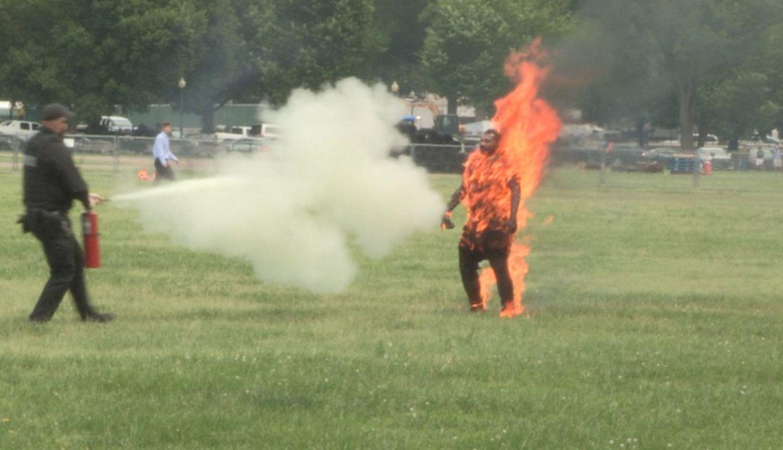 Muere hombre que se prendió fuego cerca a la Casa Blanca | FOTOS