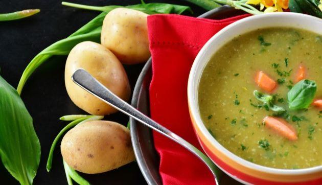 ¿Qué alimentos deben complementar el consumo de caldos y sopas en días de frío?