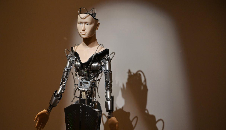 El androide es alto como una persona adulta, con la parte superior del cráneo abierta para dejar entrever los elementos electrónicos, una minúscula cámara en el ojo izquierdo, y con solo el rostro. (Foto: AFP)