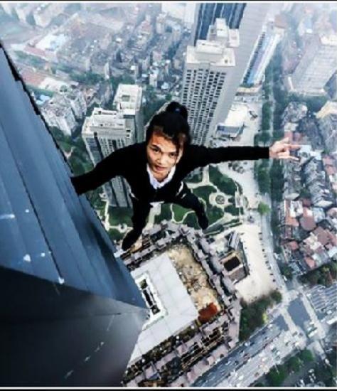 Wu Yongning, conocido por hacer acrobacias en rascacielos sin ningún tipo de protección, falleció al caer del piso 62. (Captura)