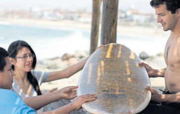 Una tabla de surf hecha a base de ichu