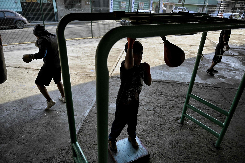 Jóvenes entrenan en el Gimnasio Ramírez en Ecatepec. (Foto: AFP)