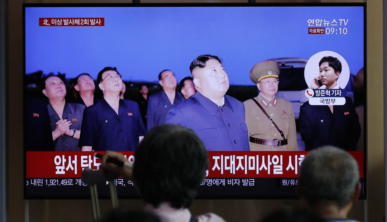 La gente mira un programa de noticias de televisión que informa sobre los disparos de los proyectiles de Corea del Norte. (Foto: AP)