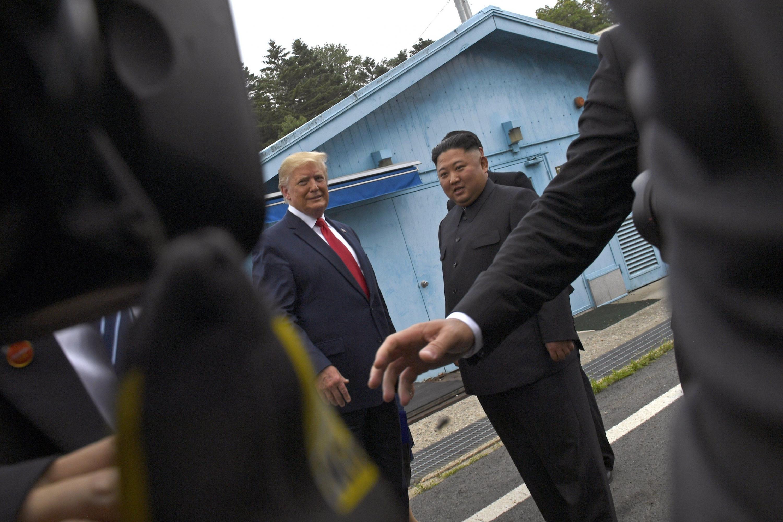 Donald Trump, y el líder norcoreano, Kim Jong-un, se reunieron en la zona desmilitarizada en junio de 2019. (Foto: AP)
