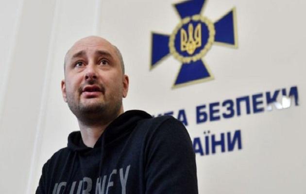 """Periodista ruso """"muerto"""" aparece en rueda de prensa donde anunciaban su fallecimiento"""