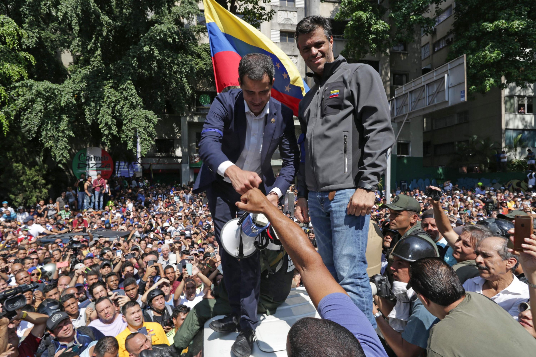 Leopoldo López y Juan Guaidó, luego de que el primero saliera de su casa, donde estaba detenido, para unirse al presidente encargado. (Foto. AFP)