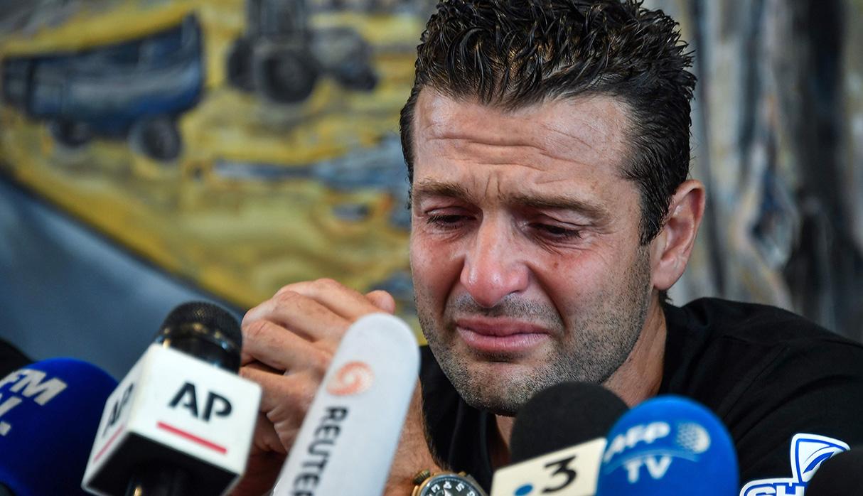 """Franky Zapata durante conferencia de prensa tras lograr cruzar el canal de la Mancha sobre una tabla voladora llamada """"Flyboard"""". (Foto: AFP)"""