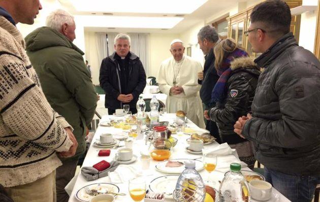 Papa Francisco celebró su cumpleaños 80 con indigentes, uno era peruano