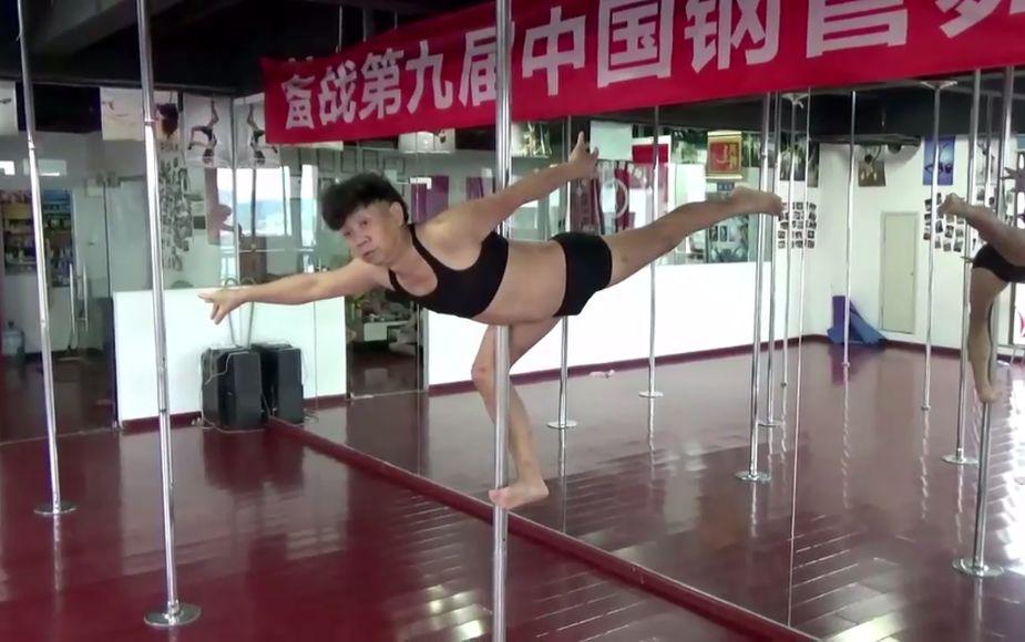 ¡Increíble! Este hombre demuestra que para el pole dance no hay edad