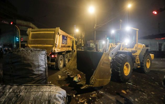 Desalojan ambulantes que invadían parte de la avenida Aviación en La Victoria
