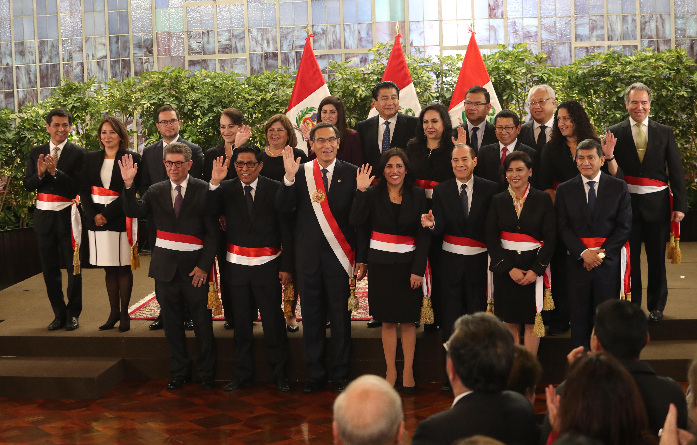 Entre el miércoles y el jueves, los hermanos Grados Palomino confeccionaron los fajines para algunos ministros. Prefirieron no dar sus nombres ni el costo. (Foto: GEC)
