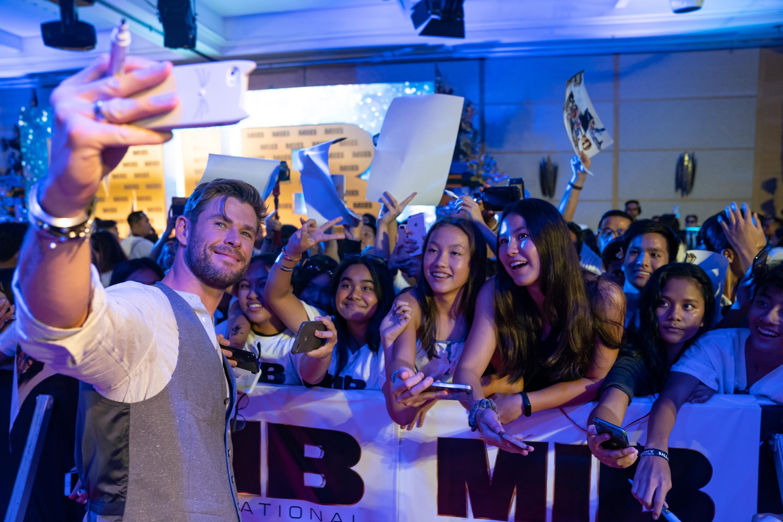 'Men in Black: Internacional': Chris Hemsworth sorprende a fanáticos de la cinta en Indonesia | FOTOS