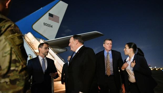 El secretario de Estado de EE.UU., Mike Pompeo, conversa con el encargado de negocios en la embajada de los EE.UU. en Bagdad, Joey Hood. (Foto: AFP)