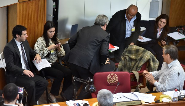 Senador embiste a puñetazos a legislador en nueva gresca en Senado paraguayo