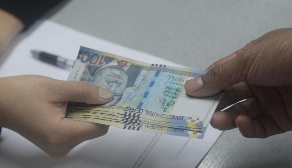 Si el trabajador es cesado, dicho bono debe pagarse junto con la gratificación proporcional respectiva. (Foto: Andina)